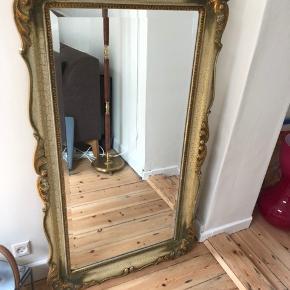 Bud er velkomne :)   Antikt fransk spejl med fed patina og facet slebede kanter.   Mange lækre detaljer som den krakelerede maling, forgyldte kanter og solidt fundament i træ og gips.   Vejer en hel del :D    60 x 90 cm.