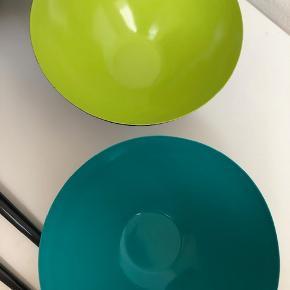 Normann copenhagen, krenit godt men brugt 2 små skåle petrolium og æblegrøn 12cm i dia. 1 stor skål lyseblå 25 cm i dia. med slitage (se billede) Et sæt salat bestik