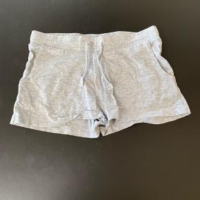 Sælger disse grå shorts fra H&M, str. 11-12.