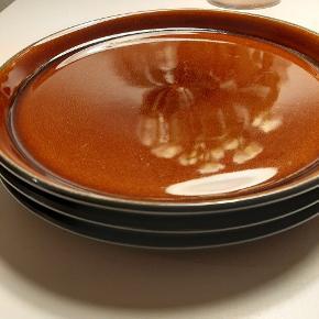 3 stk. smukke Bitz Gastro middagstallerkner i farven sort/amber. Tallerknerne er brugt 1 måneds tid men har nogle mærker efter bestik. Dette kan ikke undgås på Bitz tallerkner pga. glasuren.