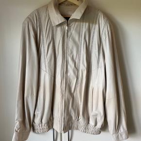 Sælger denne lammeskinds jakke kan passe fra 3xl☺️