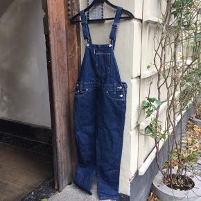 Levi's overalls. Der er sat ekstra knapper i