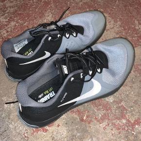 Rigtig fine Nike sportssko. Har kun været brugt to gange indenfor til crossfit og er derfor i rigtig fin stand.