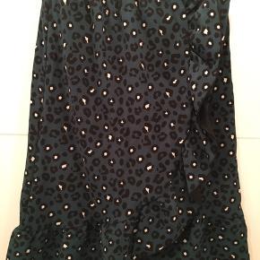 Leopard nederdel i mørkegrøn, hvid og sort mønster.  Nederdel fra Bilka, VRS.  Str. 15 år/170 cm.  Passes fint af en small.