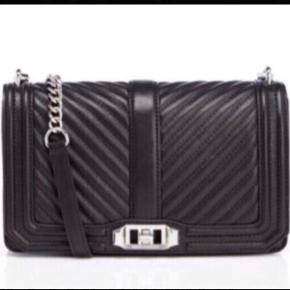 """Varetype: Crossbody Bag - Limited Edition Størrelse: Alm Farve: Sort  Der er et stort rum indeni, to små """"rum/lommer"""" i den ene side og en lille kortlomme + et lynlås rum i den anden side. På bagsiden af tasken er der et lille rum, der lukkes med en magnetknap. Tasken lukkes med en """"twistlås"""". Remmen kan tages af, så tasken kan bruges som Clutch. Mål: Ca. 25 cm lang Ca. 16.5 cm høj Ca.7 cm bred Alt hardware er sølv.  Nypris i Magasin: 3300kr  ALDRIG BRUGT - STADIG I DUSTBAG - BYTTER IKKE  Generelt: Hvis I ønsker mine ting sendt som forsikret pakke og/eller i boblekuvert/æske, så oplys venligst dette, så det kan lægges oveni prisen."""