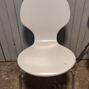 Tre hvide stole med krom ben. 10 kr. pr. stk - der er tre i alt