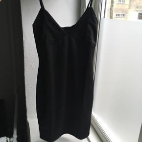 Tætsiddende sort kjole der passer en lav xs med lille barm. Stadig med mærke :-)