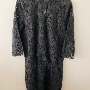 OBS: min er grå! Nypris 1.200kr. Brugt 1 enkelt gang til et bryllup. Simpelthen den smukkeste kjole, men kan desværre ikke passe efter graviditet. Bemærk: den råhvide er for at vise detaljerne bedre! SÅ flot på 😍👌🏼 SE OGSÅ MINE MANGE ANDRE ANNONCER 🥰