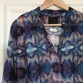 Brand: Rebecca posseli Varetype: Maxi Farve: Multi  100% polyester Længde: 88 cm. Over bryst: 63 cm. Ærme 48 cm. BYD - se også mine andre annoncer