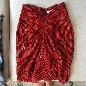 Smukkeste røde silke nederdel fra Isabel Marant. Ingen mangler eller tegn på slid.  Ny pris: 1599