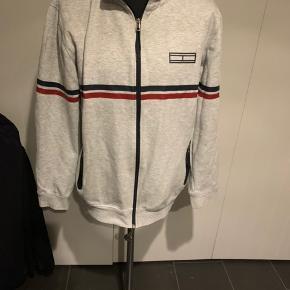 Herre trøje med lynlås fra Tommy Hilfiger str XXL.  Brugt men pæn.  Nypris 850kr  Køber betaler Porto.