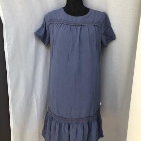 Kjole med fine detaljer. Lukkes med lynlås bagpå.