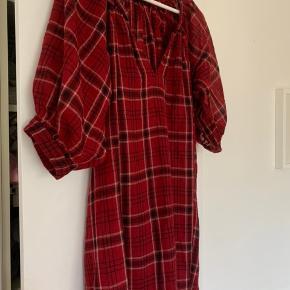 Skøn uldkjole/tunika med ballonærmer. Rød underkjole medfølger