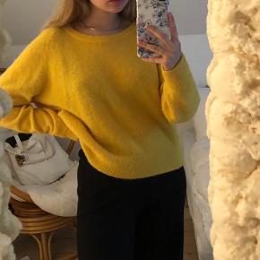 Dejlig varm gul striktrøje fra Samsøe & Samsøe💛