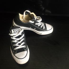 Klassiske low top Converse All Star i sort, str 36 sælges..    Skoene har kun været brugt meget få gange, og står derfor som næsten nye..    Det eneste der lige er, at de er blevet lidt snavset..    Ellers står de som nye! (Hvilket også burde fremgå af billederne)      SE OGSÅ ALLE MINE ANDRE ANNONCER.. :D