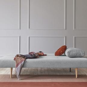Sovesofa, Blue moon futon Recast Plus sovesofa. 140 x 200, b: 140 l: 200  Hej alle. Jeg sælger min elskede sovesofa, som er købt for tre år siden i blue moon futon på Frederiksberg. Den blev købt ny for 5400kr og der er efterfælgende blevet gjort et tilkøb i form af en tilsvarende puf for 1550kr. (se billede).  De sidste to billeder er taget fra nettet for at illustrere hvordan den kan foldes ud og styles med puder. Det første billede har jeg taget fra mit værelse. Kom forbi og se. Produktbeskrivelse kopieret fra Blue Moon Futon Recast Special er designet og produceret for Innovation Living.  Med Recast Special får du en sovesofa, der ikke føles som en sovesofa. Den er nemlig udstyret med 'Pocket Spring' posefjedre, der giver dig den ideelle soveplads og komfort. Desuden har Recast Speciel en størrelse på 140x200 cm, hvilket – ulig mange andre sovesofaer – er tilstrækkeligt til to personer. Under madrassen gemmer sofaen på en praktisk hemmelighed. Her finder du nemlig et opbevaringsrum, hvor du kan gemme sengetøj, dyne, pude og rullemadras, når det ikke er i brug.  Recast Special er udstyret med mørkebrune træben og en matsort stålramme. Det enkle og stilrene design klæder de fleste moderne hjem.  Recast Special er designet af Per Weiss for Innovation Living.