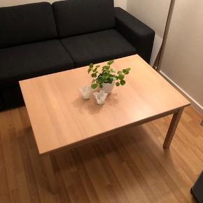 Jeg sælger dette sofabord af bøgetræ for min mormor, da hun skal flytte. Det fejler ingenting og er kun blevet brugt til at stå til pynt - så det er helt som nyt!  Mål: Længde: 110 cm Bredde: 75 cm Højde: 52 cm  Byd endelig!  OBS. Sovesofaen sælges desuden også!