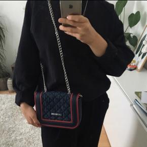 Jeg sælger denne taske fra LOVE MOSCHINO, jeg har knap nok gået med den, derfor ingen tegn på slid. Jeg købte den for et par år siden og gav omkring 1300 for den. Jeg vil på nuværende tidspunkt egentlig bare gerne af med dem, da jeg ikke for den brugt ☺️