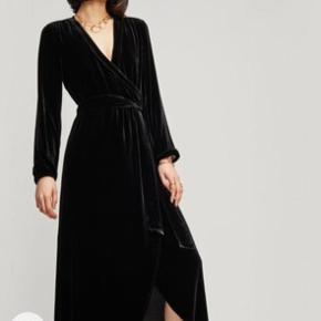 """Meget elegant og smuk sort velour/silke kjole model: Rodier fra Ganni.  Hel-lang (se mål på billede,) med slids fortil. Kjolen kan bruges både med- og uden bæltet, da der er indsyet elastik i taljen. Selv om kjolen er let, falder stoffet """"tungt"""" og smukt. Brugt én gang og ny-renset, så standen er som """"Aldrig brugt"""". Ny-pris 2.999,-"""