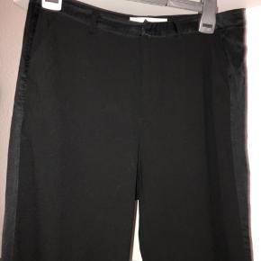 Sorte bukser fra custommade str s men passer bedre en xs