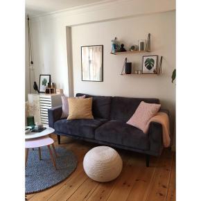 """Den fineste sofa, som er perfekt til den mindre stue eller et værelse. Sofaen er købt i ILVA i 2018 og er derfor ikke særlig brugt.  Stoffet er mørkegrå velour og benene er sortlakeret gummitræ.  Modellen hedder """"Corona""""  Den sælges pga. Flytning.   Mål: L: 201 x H: 87 x D: 89  Nypris: 3000 kr.   Skriv endelig for flere billeder."""