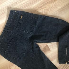 Nye bukser med gråt mønster og guld detaljer