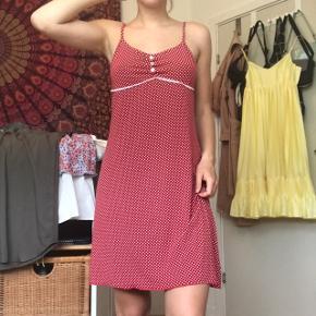 Sød prikket rød kjole med fine detaljer. Den er arvet, så ukendt mærke. Fitter xs-s alt efter hvor stram man vil have den (jeg er xs). Perfekt til sommer!☀️ Byd endelig :)