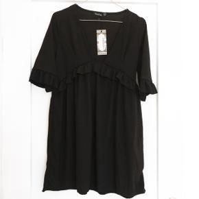 Boohoo kjole i sort med fine flæse detaljer på, er super god med en fx blonde bluse indenunder   størrelse: 38 men er lille i str og svare til en 36   pris: 120 kr   fragt: 37 kr