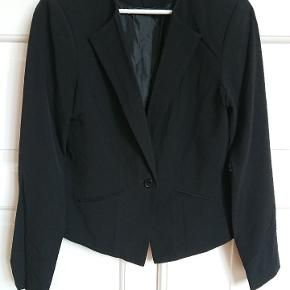 Sort blazer jakke i str M fra Vila.   Har to pyntelommer foran og lukkes med én knap.  Enkelt og klassisk snit, der sidder godt.  Aldrig brugt, kun prøvet på.  Sælges, da den er for lille til mig.