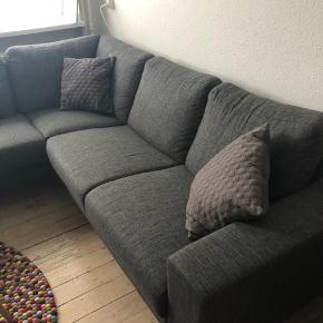 Sofa i fin stand brugt 1 år- sælges pga flytning🤗 byd gerne. Nypris 5500.  Den vejer ikke så meget når den er skilt ad. Jeg har desværre ikke mål men ved interesser ved køb - kan man komme og se den.   Lampen følger med gratis ved køb af denne🤗
