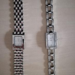 Super smukke feminine ure fra D&G. Begge måler ca 17 cm. Ekstra led medfølger. Kun brugt ganske lidt. Så flotte. Skal have skiftet batteri. Alle sten er intakte og som nye. Klassiske og meget anvendelige. 480,- pp med Dao og mobilepay Sender hurtigt Uret til højre er solgt