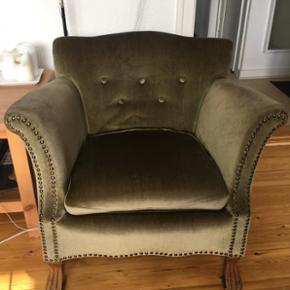 Lækker retro-lænestol i grøn velour Mål: dybde: 45, siddehøjde: 40, ryglæn: 40