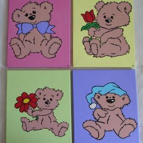Brand: * UDSALG * Varetype: Teddy Bears malerier - søde bjørne Størrelse: 24x30 Farve: - Denne vare er designet af mig selv.  Eget design. Det er malet med Akrylmaling på lærred. 24x30cm. Signeret. Lad ikke malerierne røre hinanden, da de kan klister sammen.  Jeg har malet ned af siderne så behøves ikke ramme. Egen påsætning af ophængning   NU KUN: 1stk. 125pp 2stk. 175pp    * * * Se også mine andre annoncer * * *