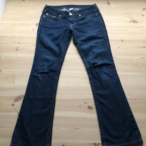 Super fede jeans købt i USA  LAV TALJE  med svaj i  Længe top til bund 101 cm Ben 80 cm Skridt 18 cm