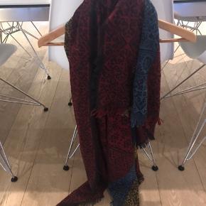 Stort tørklæde ca 1x1 m. Aldrig brugt . Ligget i et skab. Kan bruges som dug eller andet kreativt. Købt for 500 kr.