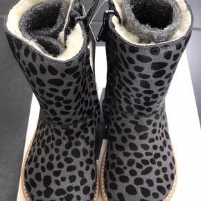 """NYE ANGULUS TEX VINTERSTØVLER  Fine støvler i den bløde grå """"pels"""" med sorte pletter, i uldfor samt rågummisål. De er nemme at tage med lynlås i siden.  Passer til en alm til bred fod Måler 15,6 cm  MP 600,- pp"""