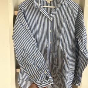 Skjorte  Købt som oversize i str 40, bruger normalt 36
