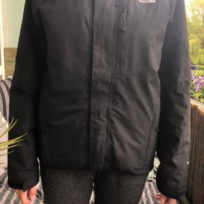 TILBUD!!! SLÅ TIL NU!!! Mit tilbud slutter om nogle dage. Sælger min north face jakke, da jeg ikke får den brugt. Den svare til s/m i mand, men kvinder kan sagtens også bruge den. Det er en vinterjakke. Den har nogle små huller, men ikke noget man ligger mærke til på. Sender gerne flere billeder, hvis ønsket.