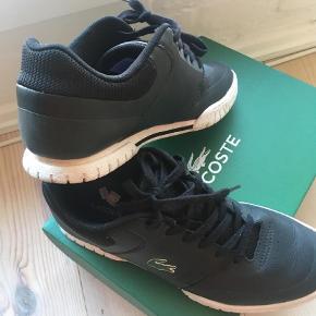 Varetype: Sneakers Farve: Sort  De de fedeste sko til  konfirmanden Brugt 2 gange