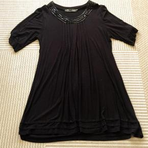 Zay lækker sort tunika str S . Brystvidde ca 2x52 cm og længde ca 86 cm.