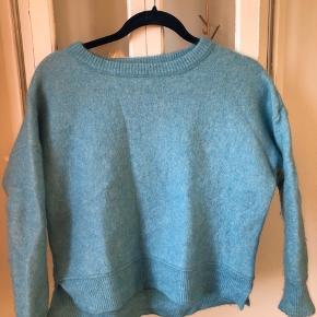 Malene Birger sweater, kort. Har klippet mærket ud da det krydsede i nakken. Insite out look. Så flot farve. God stand