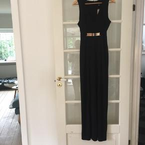 🌸 Lang sort kjole/ maxikjole str. S Har aftageligt metallic bælte.  Lang slide ved det ene ben.   Aldrig brugt og stadig med mærke i.   Kan hentes i Odense sv eller sendes mod betaling af Porto :)