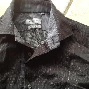 Sort skjorte med små fine prikker Trænger til at blive støget :-)  skjorte Farve: Sort