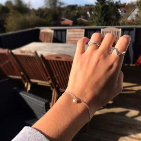 Smukt og enkelt armbånd med sølvkæde🐚kan også fåes med guldkæde✨👑