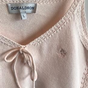 Sælger denne søde top i rosa fra Donaldson - hulmønster og med Mickey Mouse broderet på bryst :-) Sælger tilhørende cardigan ( se anden annonce :-) 100 % bomuld og brugt et par gange - fremstår som ny :-)  Sendes gerne på købers regning og handles der over TS, tillægges gebyr🌸