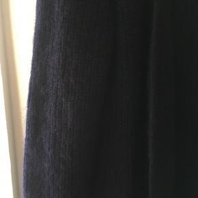 Brugt 5-10 gange, men trænger til en børstning, derfor sat til 'god stand, men brugt. 48% mohair 35% polyamide  17% wool