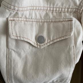 Fed kort oversized jakke i let denim fra weekday. Egentlig str XS men fitter S/M. Kan afhentes i Aarhus eller sendes ☺️