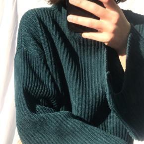 Mørkegrøn sweater fra MONKI i str. small.   (Spejlet er lidt beskidt, derfor er der pletter på billedet)