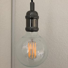 Sælger disse to glødepære lamper. Pærerne har kostet omkring 200 fra ny pr. stk. Der samme har ophængene pr. stk.  BYD endelig