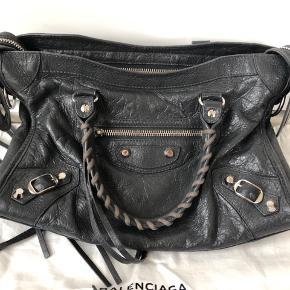 Sælger denne her sindsygt seje Balenciaga taske, den er næsten som ny, udover slid på den ene hank, hvilket man ikke ser når den er på! Ny prisen ligger på omkring de 9500kr, men er åben for bud! Dustbag og kvitteringen medfølger:)